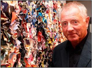 Hans Jürgen Simon vor einem Papierobjekt
