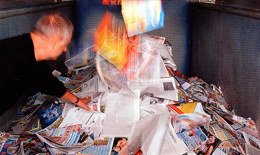 Hans Jürgen Simon blickt in Container mit Zeitschriften und Magazinen